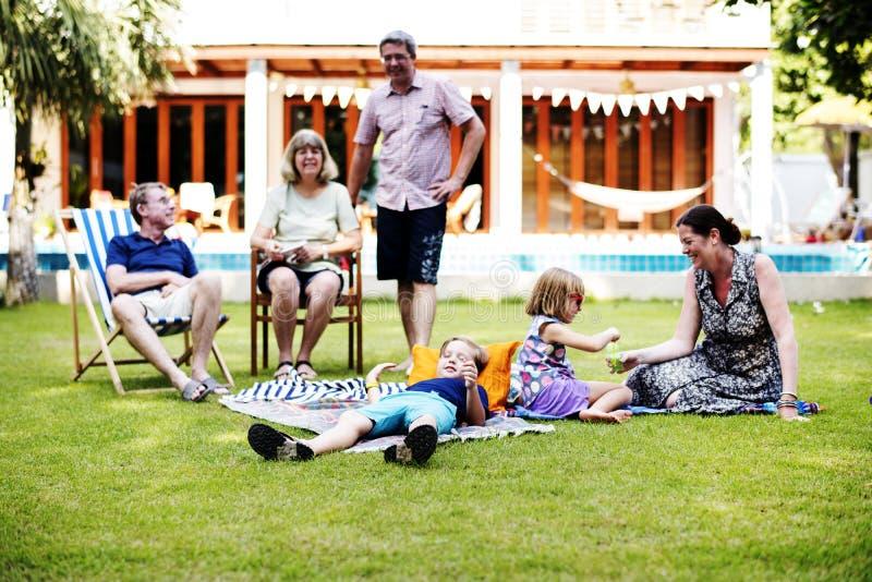 Familia caucásica que disfruta del verano junto en el patio trasero foto de archivo