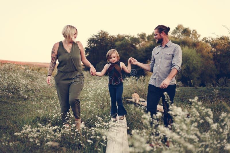 Familia caucásica que pasa tiempo al aire libre imagenes de archivo