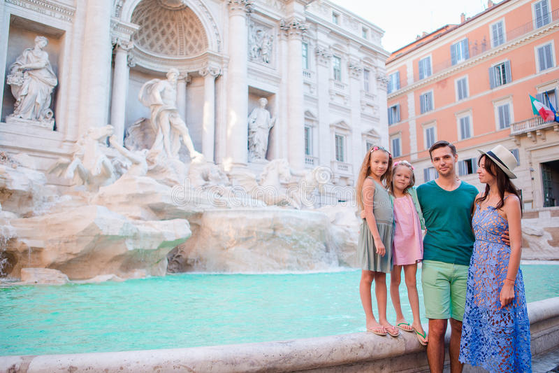 Familia cerca de Fontana di Trevi, Roma, Italia Los padres y los niños felices disfrutan de día de fiesta italiano de las vacacio fotos de archivo