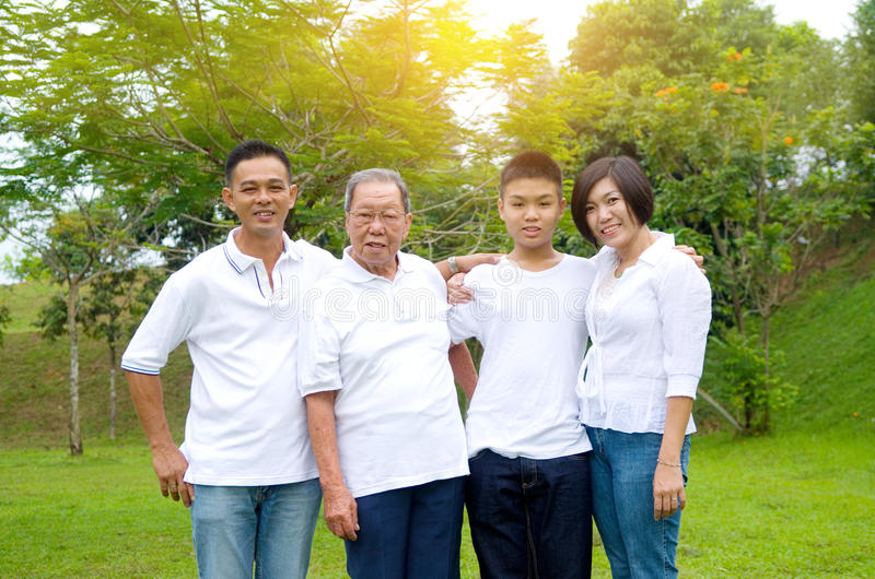 Familia china multigeneración imagenes de archivo