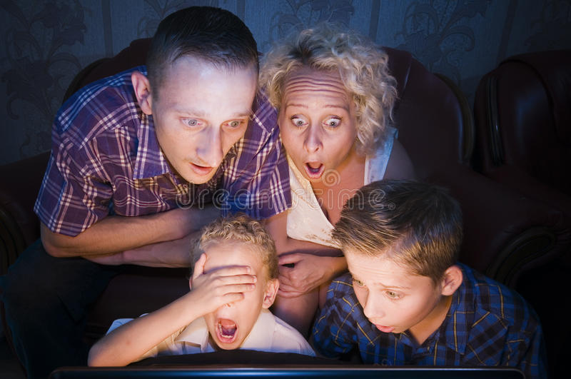 Familia chocada para la TV fotos de archivo libres de regalías