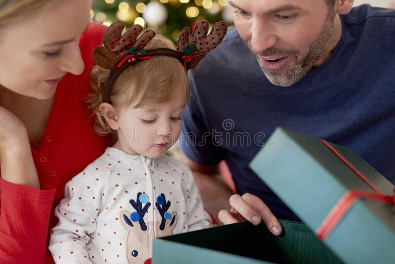 Familia comienza Navidad desde la apertura de regalos imagen de archivo
