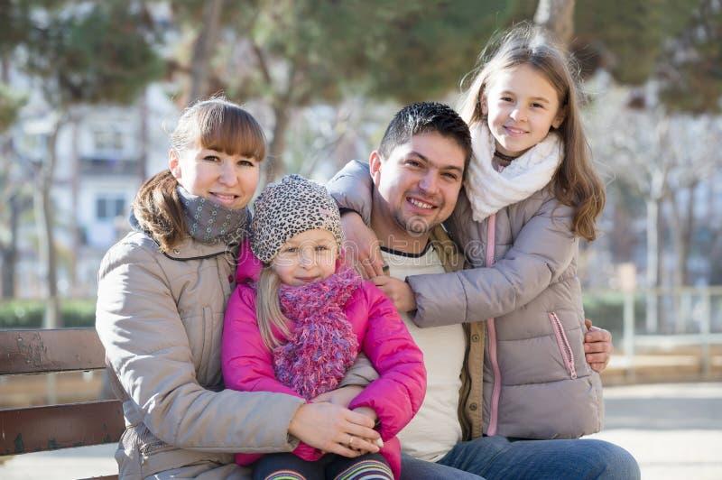 Familia con dos muchachas al aire libre en día soleado de la caída fotos de archivo libres de regalías