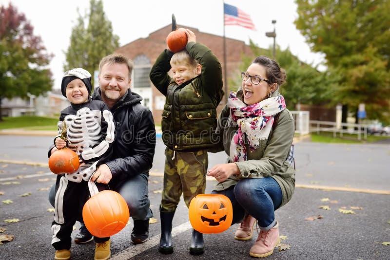 Familia con dos niños en el partido tradicional para las celebraciones Halloween cerca de Nueva York imagenes de archivo
