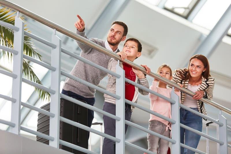 Familia con dos niños en el terminal de aeropuerto imágenes de archivo libres de regalías
