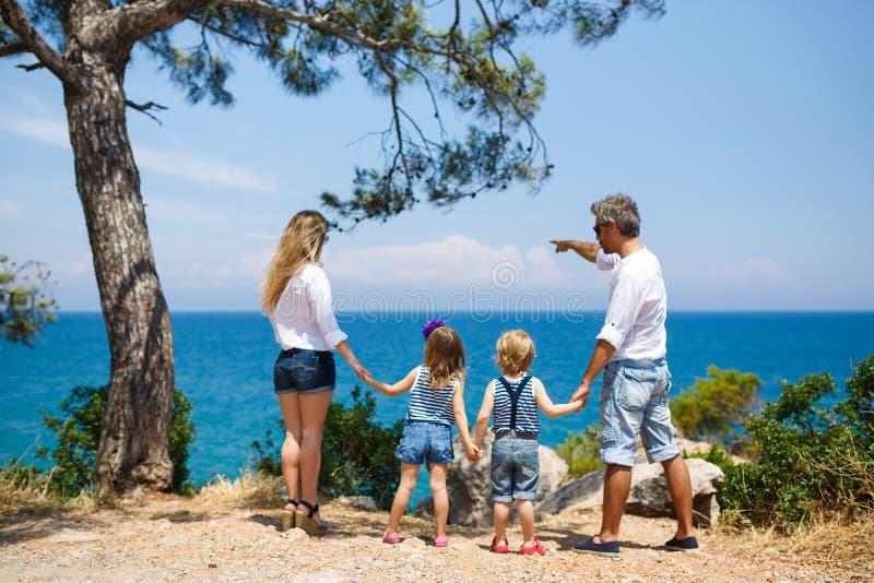 Familia con dos niños en la costa imágenes de archivo libres de regalías