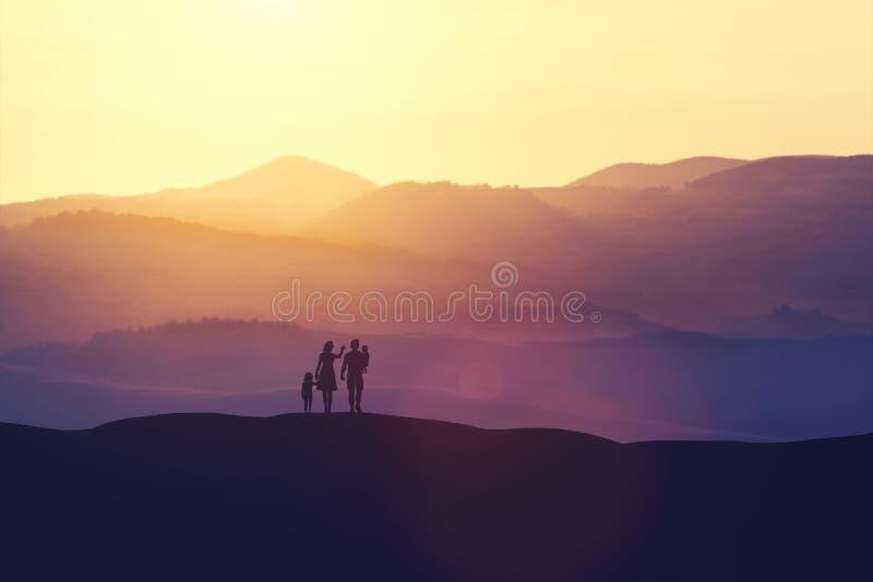Familia con dos niños que se colocan en una colina ilustración del vector