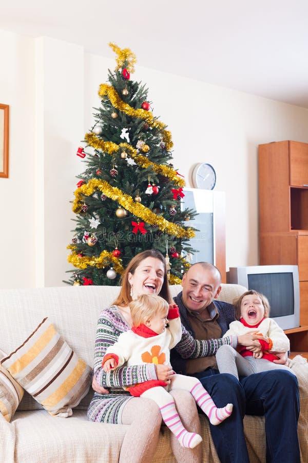 Familia con el árbol de navidad fotografía de archivo libre de regalías