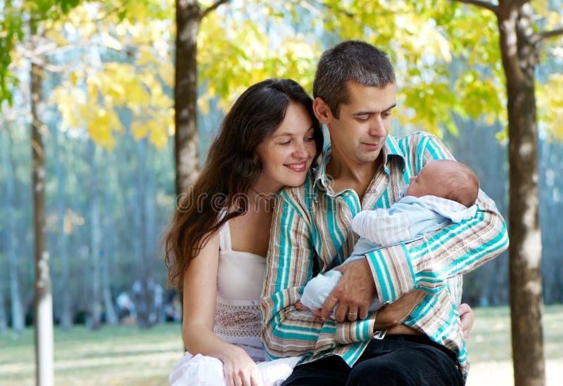 Familia con el bebé en parque del otoño fotografía de archivo libre de regalías