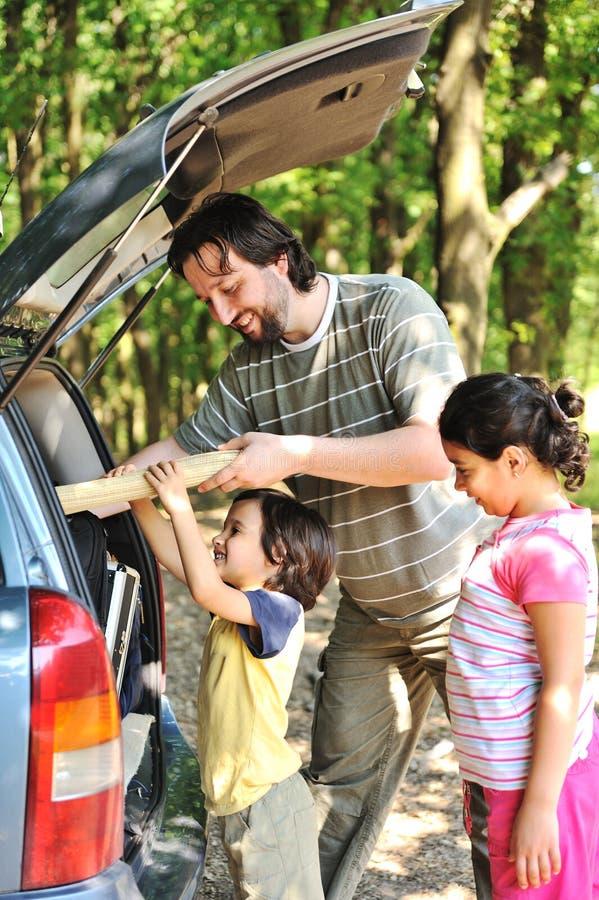 Familia con el coche fotografía de archivo libre de regalías