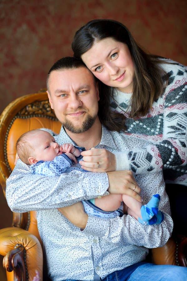 Familia con el hijo recién nacido foto de archivo