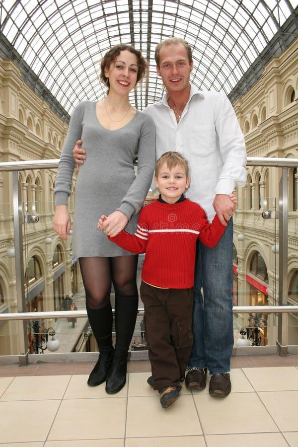 Familia con el niño en departamento fotos de archivo