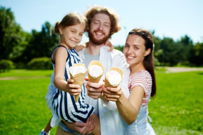Familia con helados imagenes de archivo