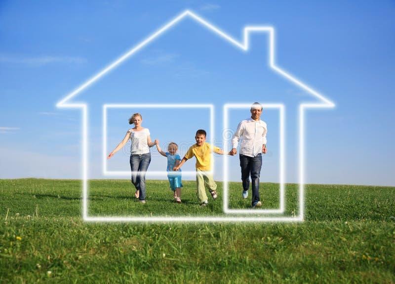 Familia con la casa ideal imágenes de archivo libres de regalías