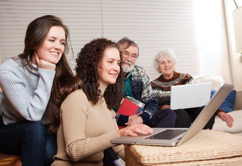 Familia con la computadora portátil foto de archivo