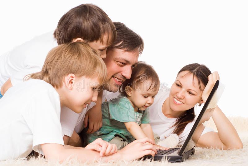 Familia con la computadora portátil imagen de archivo