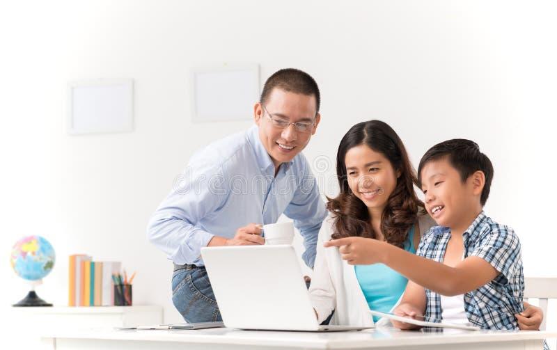 Familia con la computadora portátil imágenes de archivo libres de regalías