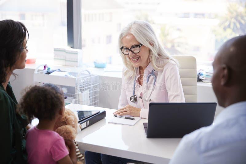 Familia con la hija en consulta con el doctor In Office fotos de archivo libres de regalías