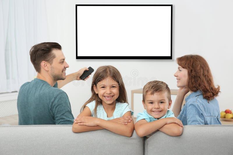 Familia con la sentada teledirigida imagenes de archivo