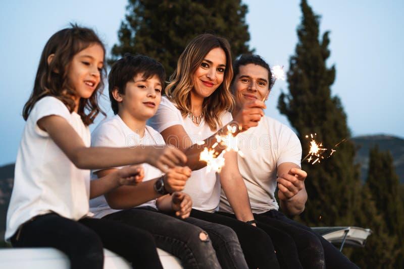 Familia con las bengalas felices fotos de archivo