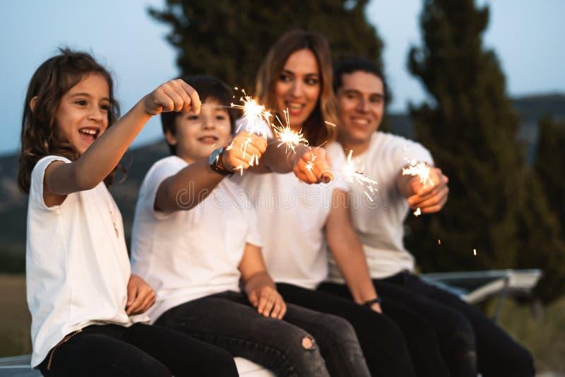 Familia con las bengalas felices imagenes de archivo