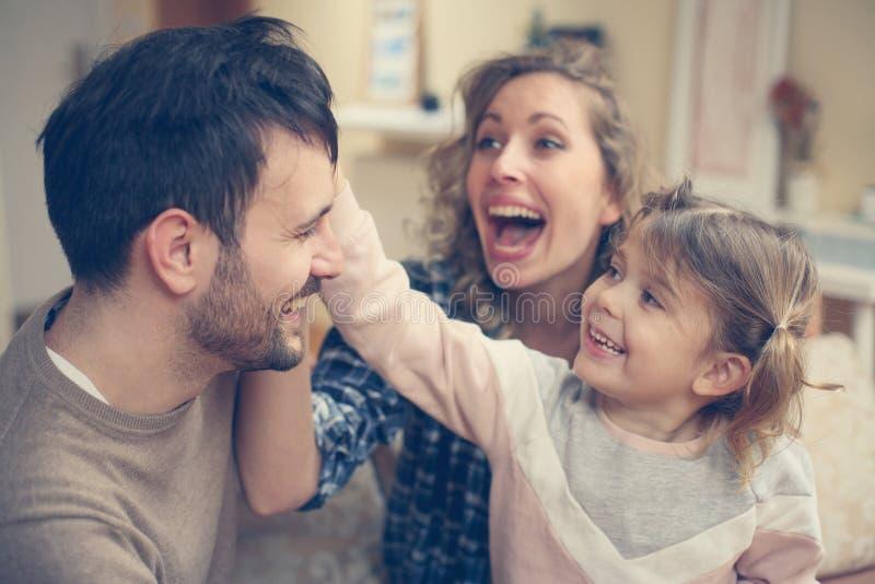 Familia con las hijas una imágenes de archivo libres de regalías