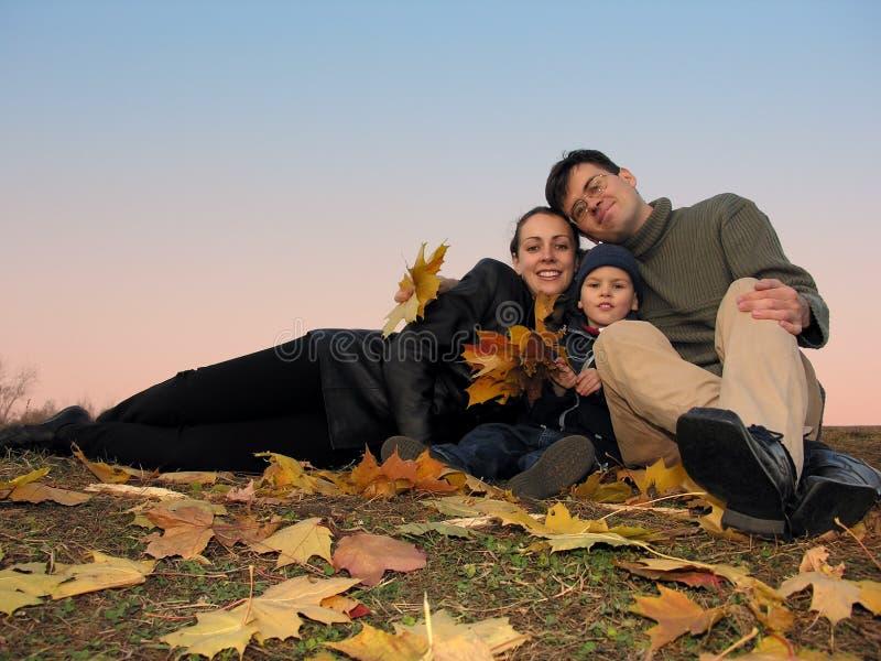 Familia con las hojas de otoño imágenes de archivo libres de regalías