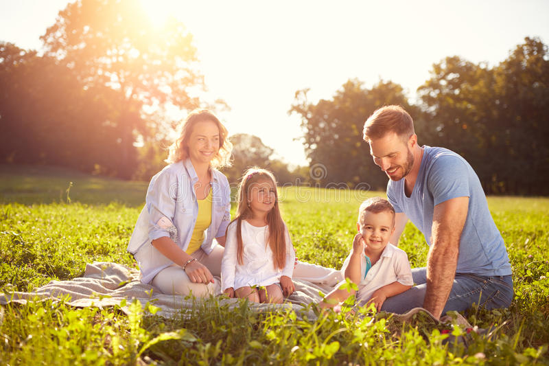 Familia con los niños en comida campestre imagen de archivo libre de regalías