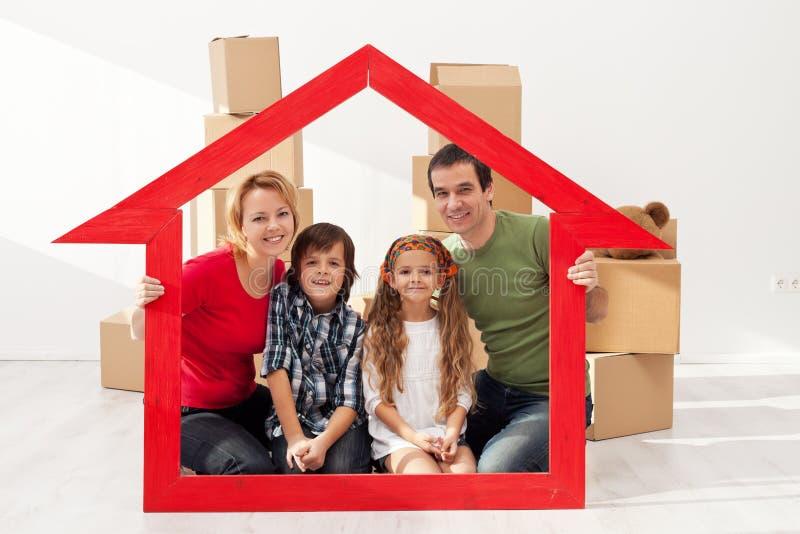 Familia con los niños en su nuevo hogar foto de archivo