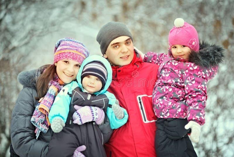 Familia con los niños que caminan en invierno imagen de archivo
