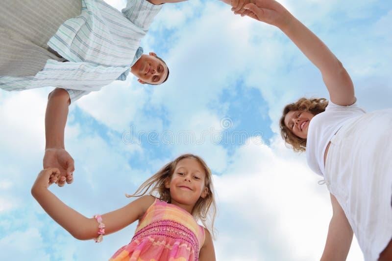Familia contra el cielo, foreshortening de debajo imagen de archivo libre de regalías