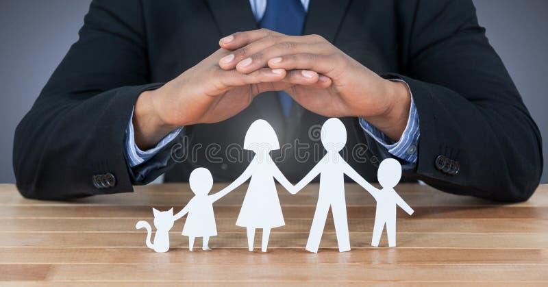 Familia cortada bajo manos protectoras fotos de archivo