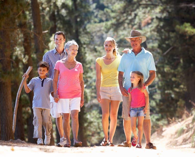 Familia de 3 generaciones en caminata del país foto de archivo