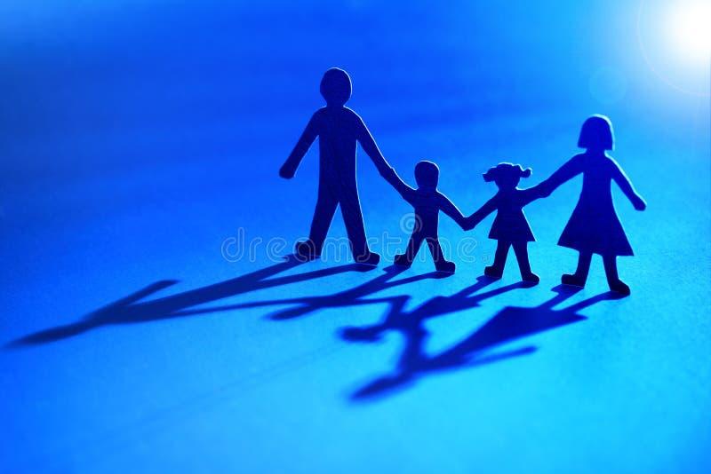 Familia de cadena de papel en la luz foto de archivo libre de regalías