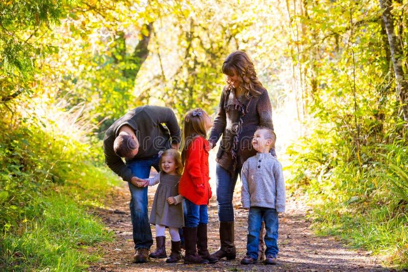 Familia de cinco al aire libre fotos de archivo