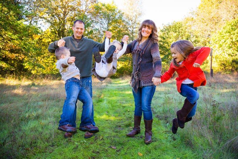 Familia de cinco al aire libre imagenes de archivo