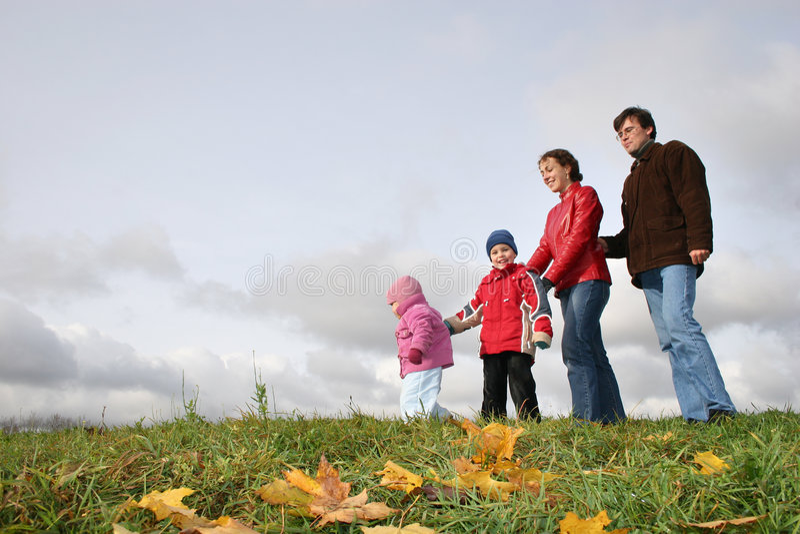 Familia de cuatro miembros del otoño imágenes de archivo libres de regalías