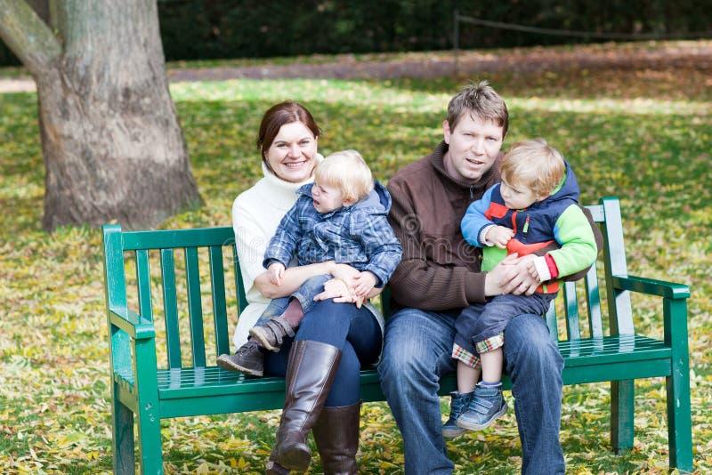 Familia de cuatro miembros en el día hermoso del otoño imagen de archivo libre de regalías