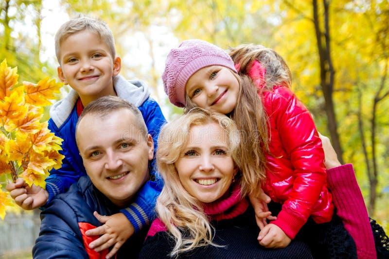 Familia de cuatro miembros en fondo del otoño fotografía de archivo libre de regalías