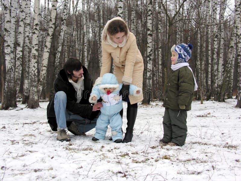 Familia de cuatro miembros en invierno imagen de archivo libre de regalías