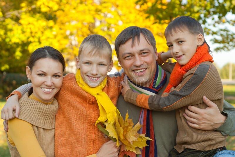 Familia de cuatro miembros feliz imagen de archivo libre de regalías