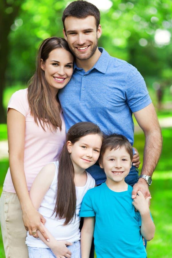 Familia de cuatro miembros feliz