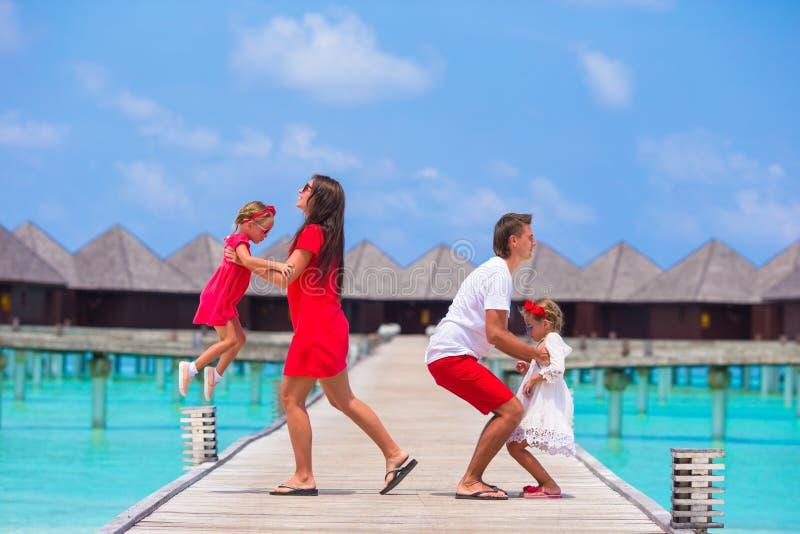Familia de cuatro miembros feliz durante vacaciones de verano en imágenes de archivo libres de regalías