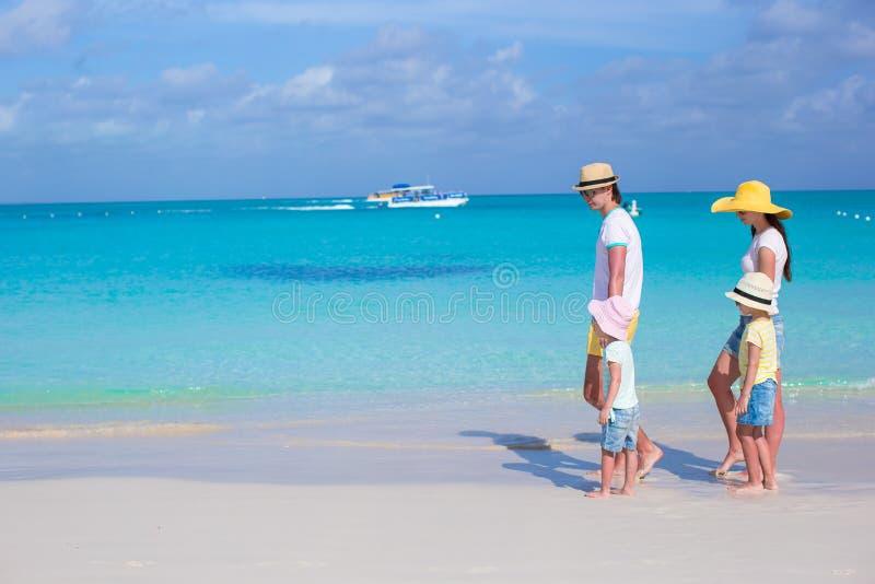 Familia de cuatro miembros feliz en vacaciones del Caribe del día de fiesta imágenes de archivo libres de regalías