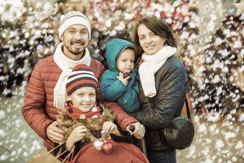Familia de cuatro miembros feliz que hace el selfie en ciudad fotos de archivo libres de regalías