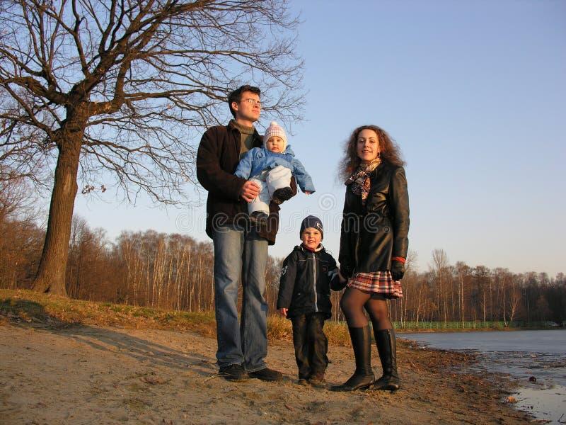 Familia de cuatro miembros. lago del hielo imagen de archivo libre de regalías