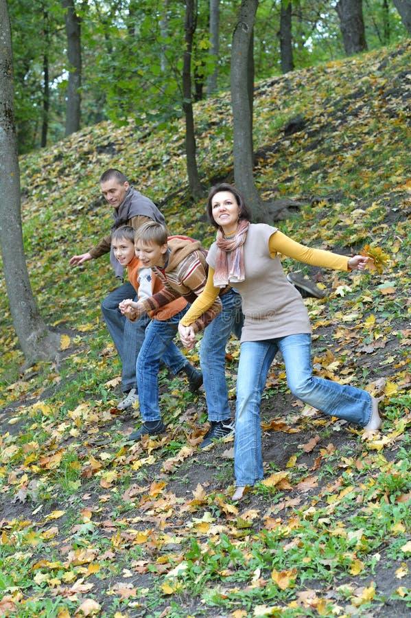 Familia de cuatro miembros que se divierte en otoño imagenes de archivo
