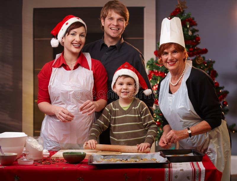 Familia de cuatro miembros que se prepara para la Navidad foto de archivo libre de regalías