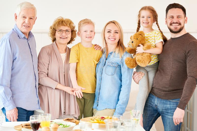 Familia de dos generaciones que presenta en casa imágenes de archivo libres de regalías