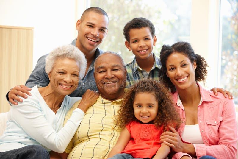 Familia de 3 generaciones en casa fotografía de archivo